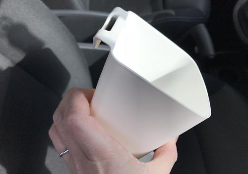 カングーのボトルホルダーが使えない。イケアの小物入れで代用