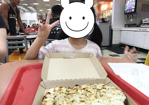 Kマートのフードコートでピザ