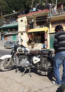 インドでレンタルバイク修理ロイヤルエンフィールド