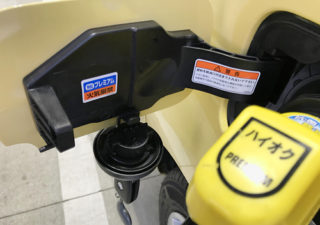 【カングー/給油口】ガソリンスタンドで大慌て。給油口の開け方はコウだった!