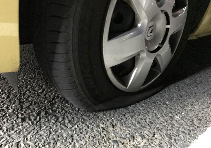 カングーのタイヤがパンク/対処方法と修理(ロードサービス)