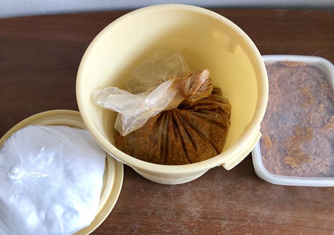 【自家製味噌】完成した手作り味噌をタッパーに保存