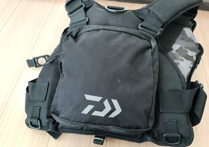 【釣りトインプレ/ダイワ(Daiwa)フローティングベスト】収納力と付属品(背面ポケット)