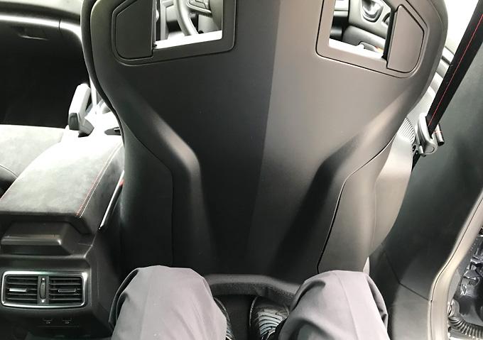 メガーヌRSトロフィー/空間_後部座席からの見え方_レカロシート